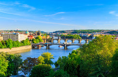Härlig sikt till Vltava och broar i Prague, Tjeckien Arkivfoton