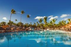 Härlig simbassäng i den tropiska semesterorten, Punta Cana Arkivbild