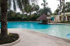 Härlig simbassäng i hotell. royaltyfri bild