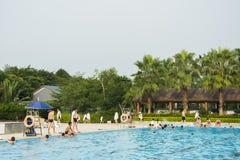 härlig simbassäng i tropisk semesterort Arkivfoto