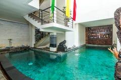 Härlig simbassäng på det billiga hotellet arkivfoto