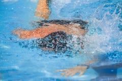 Härlig simmare i handling Arkivbilder