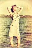 Retro utforma fotoet av den unga kvinnan Royaltyfria Bilder