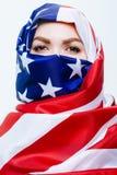 Härlig Sirian kvinna som bär en hijab från amerikanska flaggan, Fotografering för Bildbyråer