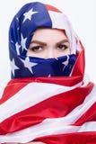 Härlig Sirian kvinna som bär en hijab från amerikanska flaggan Arkivfoto