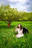 härlig sitting för fallvioloncellflicka Royaltyfria Foton