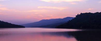 Härlig sjö efter solnedgång royaltyfria bilder
