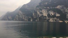 Härlig sjö Garda i Italien Riva del Garda stad lager videofilmer