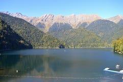 Härlig sjö i bergen av sjön för Kaukasus berg Royaltyfri Foto
