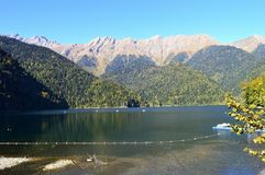 Härlig sjö i bergen av sjön för Kaukasus berg arkivfoto