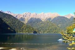 Härlig sjö i bergen av sjön för Kaukasus berg arkivbild