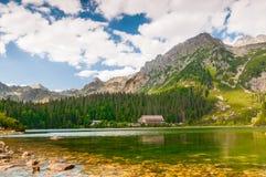 Härlig sjö i höga Tatra Arkivfoto