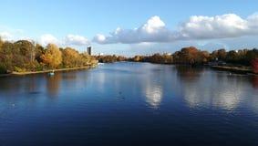 Härlig sjö i Hyde Parken, London, UK arkivfoto