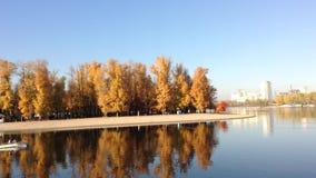 Härlig sjö i Kiev stock video