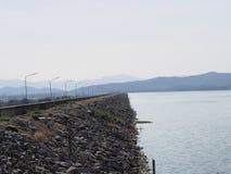 Härlig sjö i morgontid med dimma royaltyfri fotografi