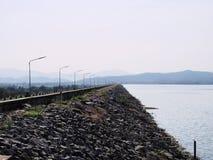 Härlig sjö i morgontid med dimma royaltyfria foton