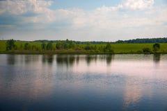 Härlig sjö i sommaren Fotografering för Bildbyråer