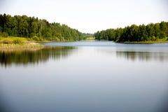Härlig sjö i sommaren Arkivfoto
