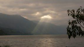 Härlig sjö Lut Tawar, Gayo Skotska högländerna, centralt Aceh område, Aceh royaltyfria foton