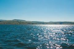 Härlig sjö med den blåa himlen på den höga middagen Royaltyfria Bilder