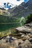 Härlig sjö med klart vatten i bergen Arkivfoto