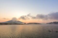 Härlig sjö med Langbiang berg i bakgrunden Arkivbilder
