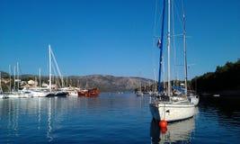 Härlig sjö med segelbåtar Arkivbild