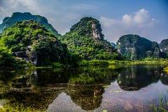 Härlig sjö med sikten av berg Royaltyfri Fotografi