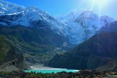 Härlig is- sjö nära den Manang byn på den Annapurna strömkretsen Royaltyfri Foto