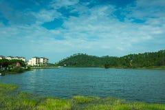 Härlig sjö och blå himmel Arkivfoton