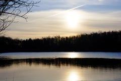 Härlig sjö och skog under solnedgång royaltyfri fotografi