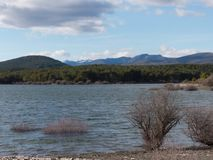 Härlig sjö på en solig dag arkivfoton