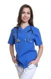 Härlig sjuksköterska med långt mörkt hår Arkivbild