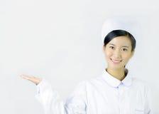 Härlig sjuksköterska på en vit isolerad bakgrund Arkivfoton
