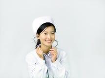 Härlig sjuksköterska på en vit isolerad bakgrund Arkivbild