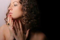 härlig skönhetsmyckenkvinna Royaltyfri Fotografi
