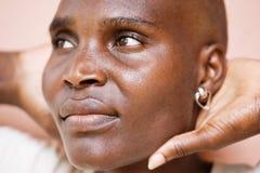 Härlig skallig svart kvinna royaltyfri foto