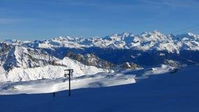 Härlig skidåkningdag på glaciären de Diablerets fotografering för bildbyråer