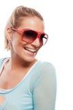 Härlig skratta brunbränd kvinna i solglasögon fotografering för bildbyråer