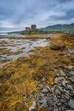 Härlig skymning över fjorden på Eilean Donan Castle, Skottland Arkivbilder