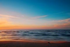 Härlig skymning på stranden för baltiskt hav Gdansk fjärd, Pomerania, Polen Arkivfoton