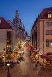 Härlig skymninggata vid Dresdens Frauenkirche royaltyfri bild