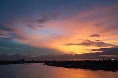 Härlig skymninghimmel över floden Arkivfoton