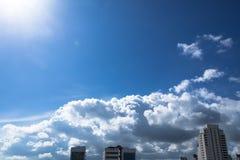 Härlig skyscape av staden med molnig himmel i skinande dag Royaltyfri Fotografi