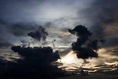 härlig skysolnedgång Arkivbilder