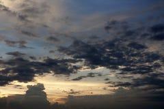 härlig skysolnedgång Arkivbild