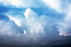 härlig skysolnedgång Arkivfoto
