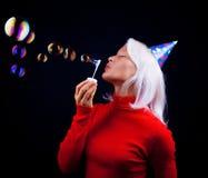 härlig slående bubblaståendekvinna Royaltyfri Foto