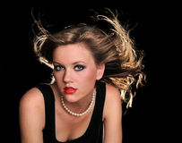 härlig slående hårkvinna fotografering för bildbyråer