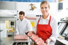 Härlig slaktare Holding Meat Tray In Store royaltyfria bilder